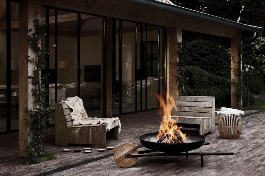 Moderne Feuerschale im Garten - einzigartige Atmosphäre im Garten